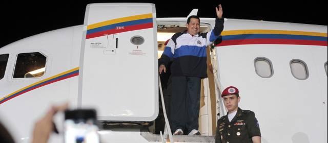 Hugo-Chavez steigt aus flugzeug aus